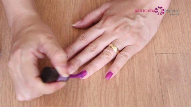 IMG 00022 621x349 - Truque para não borrar as unhas