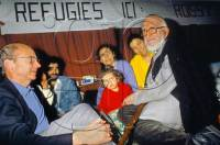 Paris le 21 Mai 1991 - grève de la faim de l'abbé Pierre durant deux jours avec les déboutés du droit d'asile à l'église Saint-Joseph de Paris.