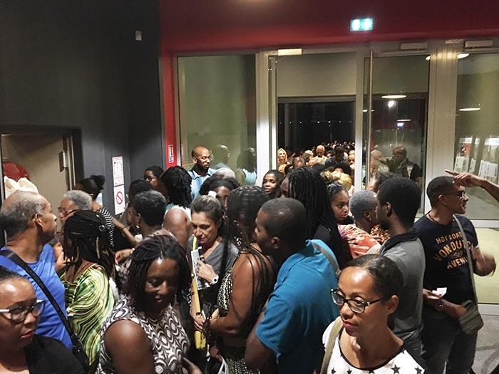 Le public à l'accueil pour la projection du film