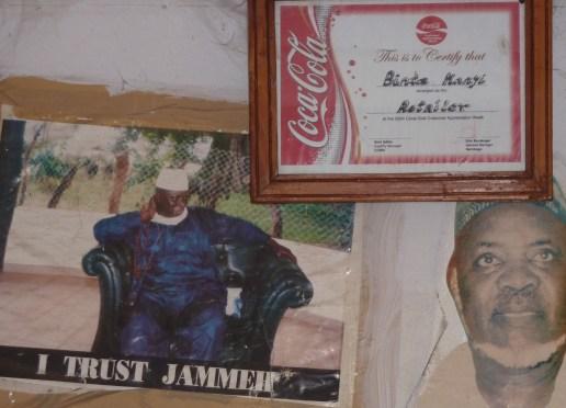 Jammeh in een cocacola-tentje op de markt van Banjul