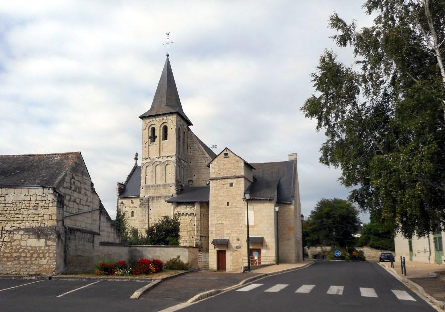 Le clocher et le choeur roman de St-Cyr-en-Bourg
