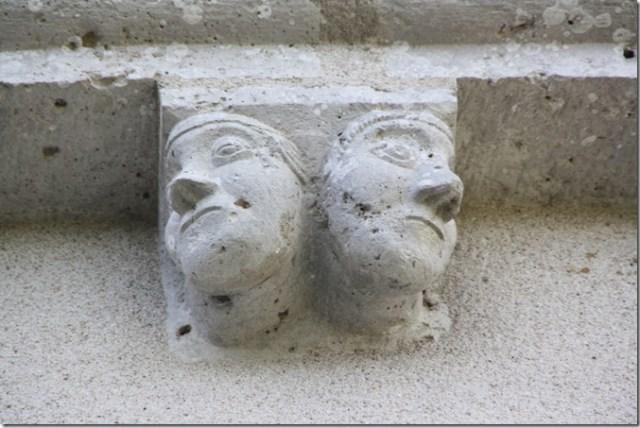 Second modillon en partant de la droite - chevet de l'église Notre-Dame de Françay