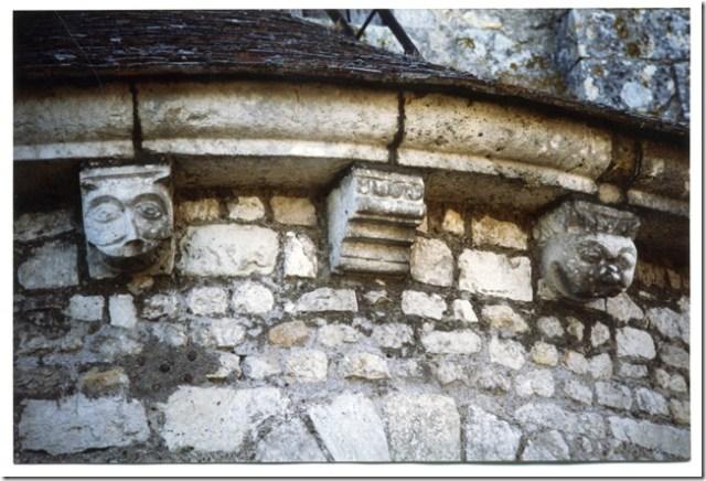 Modillons du chevet de l'église Saint-Lubin d'Averdon (41)