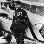 Le vieux Charles Guynemer pose devant son SPAD S-VII baptisé Vieux Charles