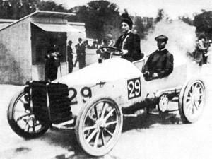 Paris-Madrid_1903_-_Camille_du_Gast_pilots_her_30_hp_De_Dietrich,_with_starting_number_29 (1)