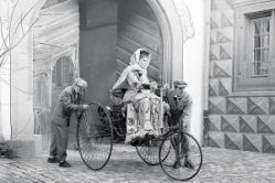 Bertha-Benz-driving-the-Benz-Patent-Motor-Car-1886-300x200 Femmes au volant... Autre Divers