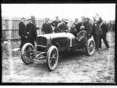 Albert-Guyot-reçoit-les-félicitations-de-M.-Delage-après-sa-victoire-au-Grand-prix-de-voiturettes-course-automobile-à-Dieppe-le-6-juillet-1908-300x226 Delage Type L 1910 Divers Voitures françaises avant-guerre