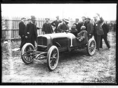 Albert-Guyot-reçoit-les-félicitations-de-M.-Delage-après-sa-victoire-au-Grand-prix-de-voiturettes-course-automobile-à-Dieppe-le-6-juillet-1908-300x226 Delage Type L 1910 Divers