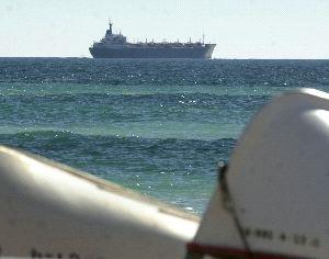 RUTA DE PASO. Un mercante navega frente a la playa cartagenera de El Portús con el mar en calma. / J. M. RODRÍGUEZ / AGM