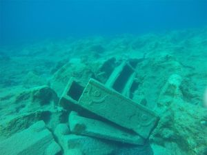 Foto: Hellenic Ministry of Culture and Sports / Ephorate of Underwater Antiquities in the frame  // Modona Cargamento sumergido formado por sarcófagos del siglo III d.C.