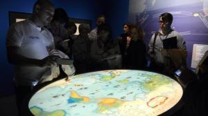 Los visitantes disfrutan de una consola de realidad aumentada- MAYA BALANYA