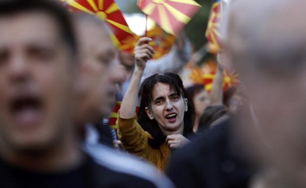 Акція протесту перед будинком представництва ЄС в Скоп'є. Фото: Reuters.