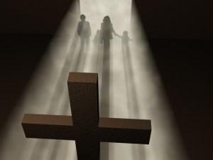 vjernici pred križom