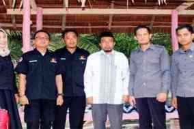 Ketua Bawaslu Polman berfoto bersama dengan Panwascam Binuang saat menghadiri Bimtek dan Pelantikan KPPS di Wisata Kali Biru Batetangnga
