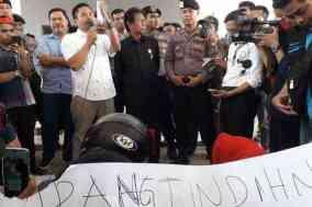 Perawat Polewali Mandar melakukan aksi demonstrasi