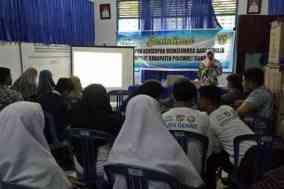 BKKBN Sulbar menyampaikan materi tentang kesiapan berkeluarga bagi para remaja