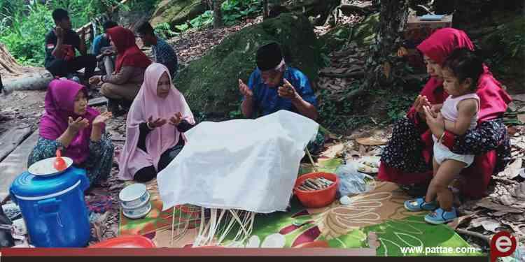 Pelaksanaan Tradisi anak pertama yang dilakukan salah satu warga Sulewatang di Surukan, Pinrang, Sulawesi Selatan.