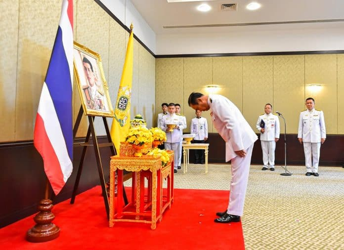King Tells Prayuth to Abide by His Oath