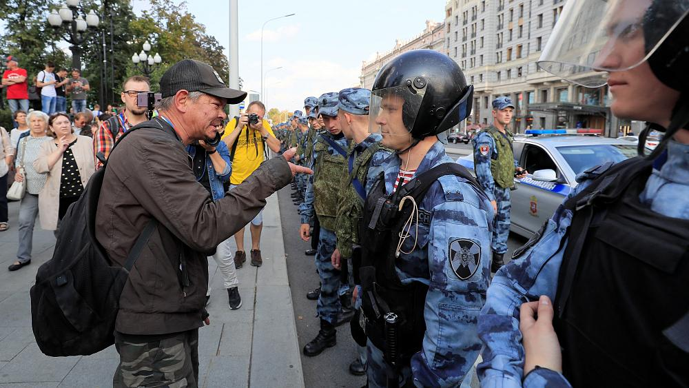 Thousands defy protest ban in Moscow and march against Putin's government