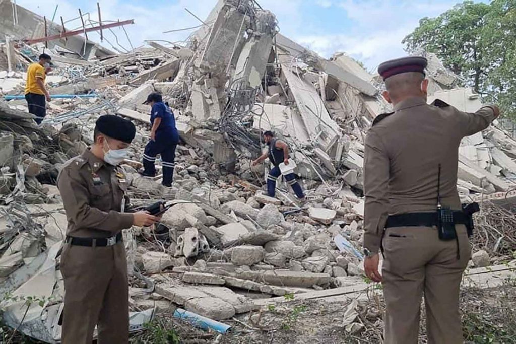 Old 6-storey apartment building Nonthaburi collapses, two construction workers injured