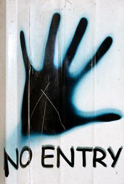 Mano abierta con texto de no entry