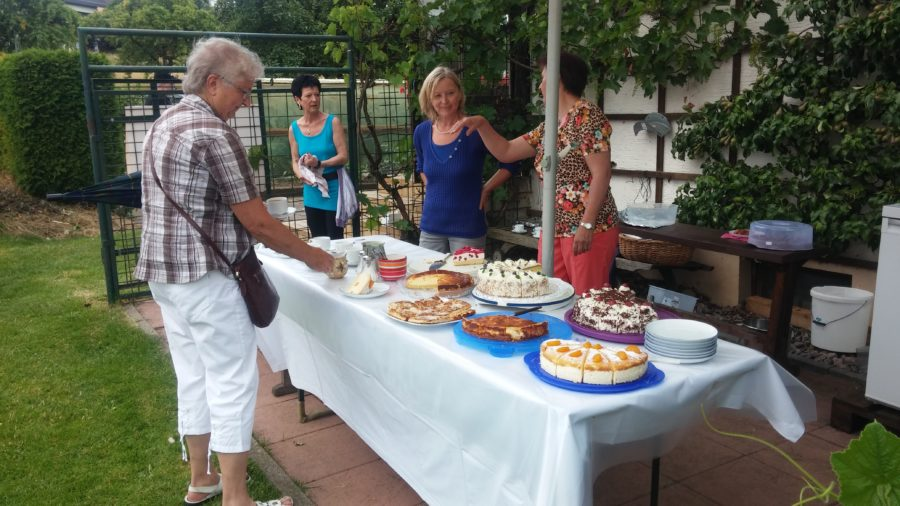 paula-flum-gartenbesichtigung-kuchen
