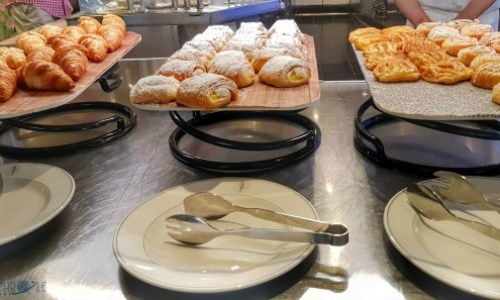 breakfast pastries in the palms cafe.#fredolsen #fredolsencruiseline #braemar #cruiseship #choosecruise #cruising #cruise #paulandcarole