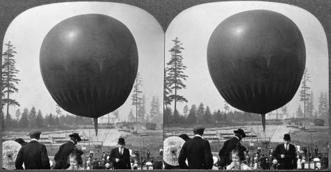 Stereo close-up of the photogapher's balloon.