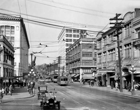 The Triangle block's south facade facing Pine Street appears here on the far left, with the new Frederick and Nelson beyond it. The view looks east on Pine Street with its back to Fourth Avenue.