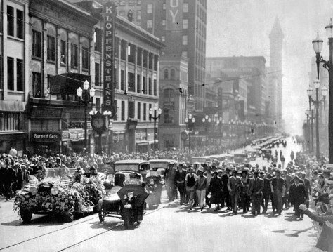Like Conqueror – While thousands of persons lined the sidewalks of Second Avenue for the Roosevelt parade yesterday, other throngs his automobile up the street, crowding so closely about the car that watchers had difficulty in getting a glimpse of the governor. Here is how the procession looked.