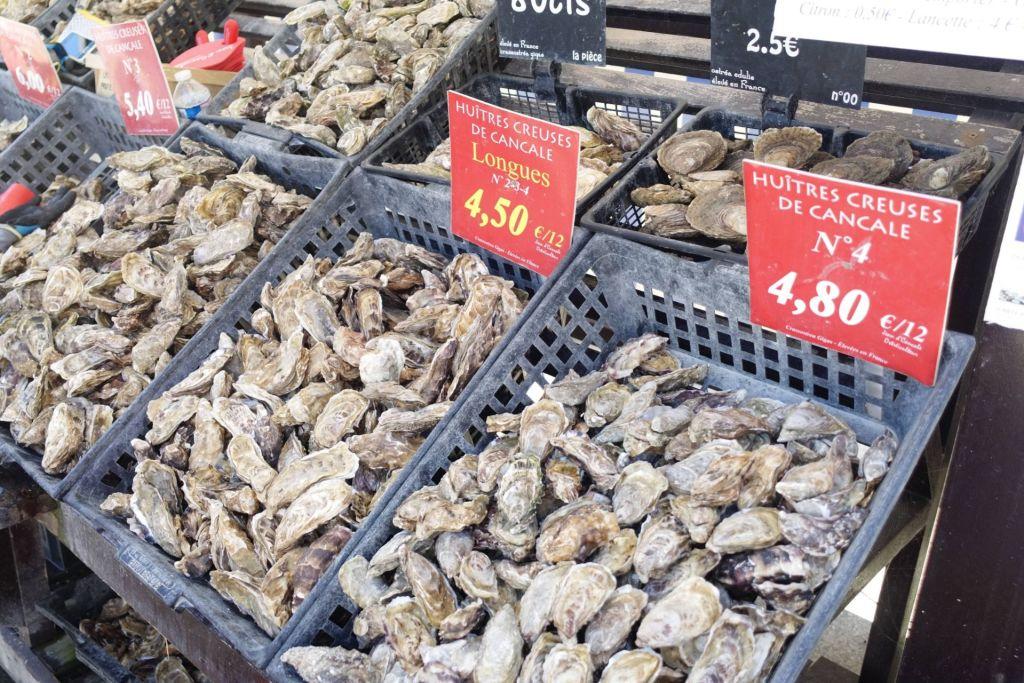 Am Hafen gibt es die frischsten Austern zu Mini-Preisen