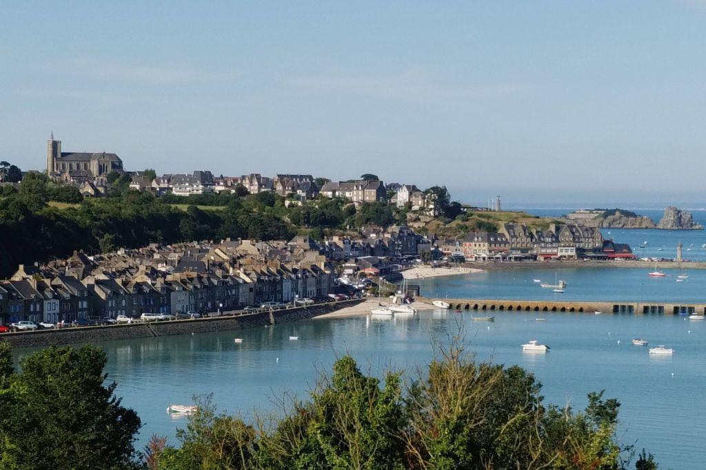 Blick über die Bucht und den Ort Cancale und auf den Hafen