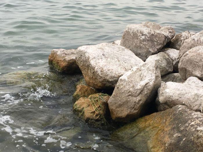 Die Steine werden vom Wasser umspült, fast wie am Meer