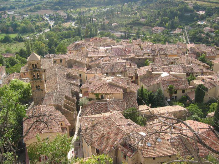 Schöne, alte Dörfer wollen unter die vier Pfoten genommen werden •••Champ valensole6©P.Carrese