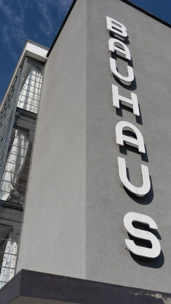 Der Bauhaus-Schriftzug an der weltbekannten Schule in Dessau