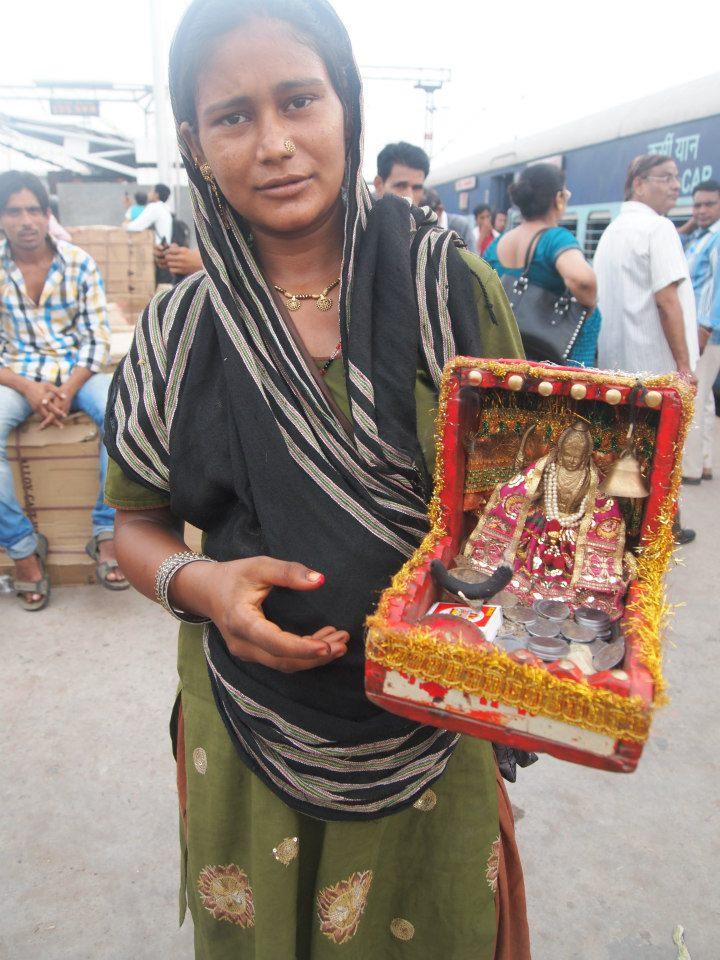 Mujer con sari pudiendo para un dios hindú