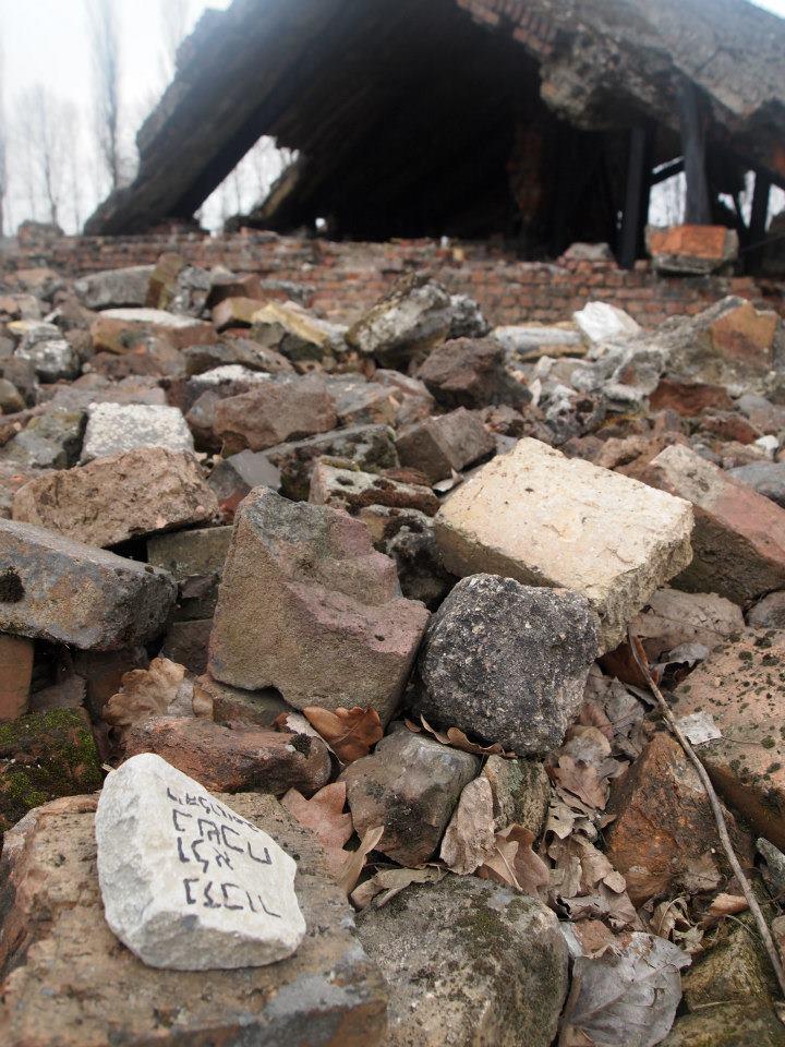 Piedra escrita en hebreo en el crematorio destruido de Auschwitz-Birkenau