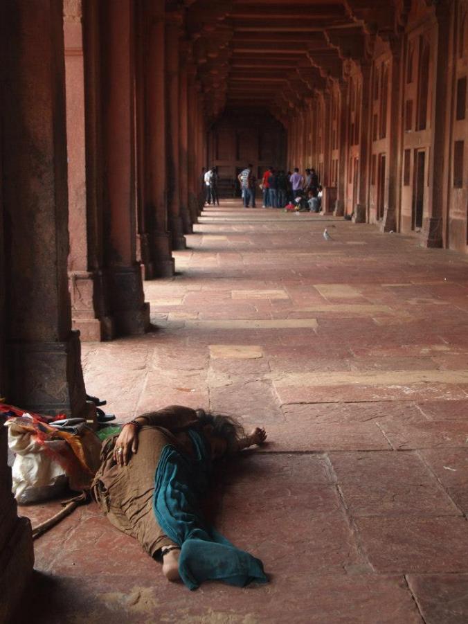 Mujer durmiendo en los soportales de Fatehpur Sikri