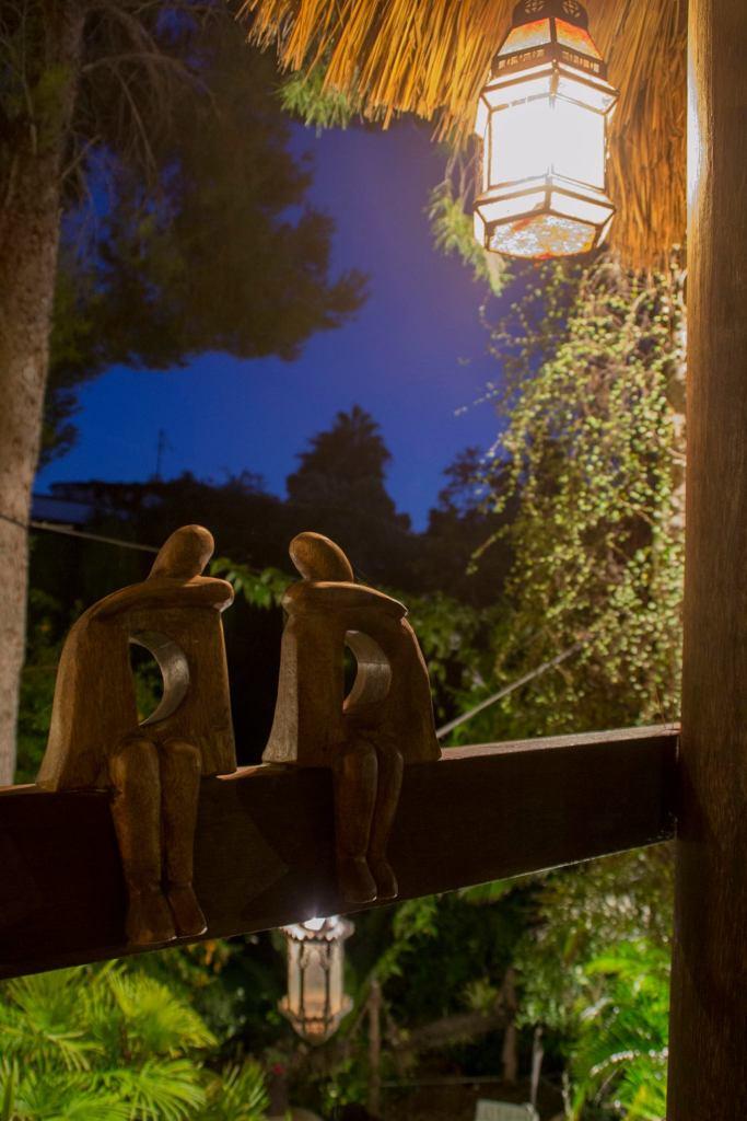 Escultura de dos enamorados en el Jardín de los Sentidos de Altea