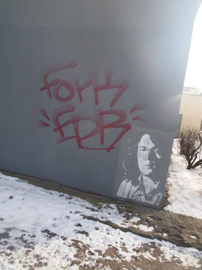 Grafiti con plantilla y nieve alrededor en Poznan
