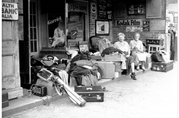 Evacuees at Medlow Bth station 1952