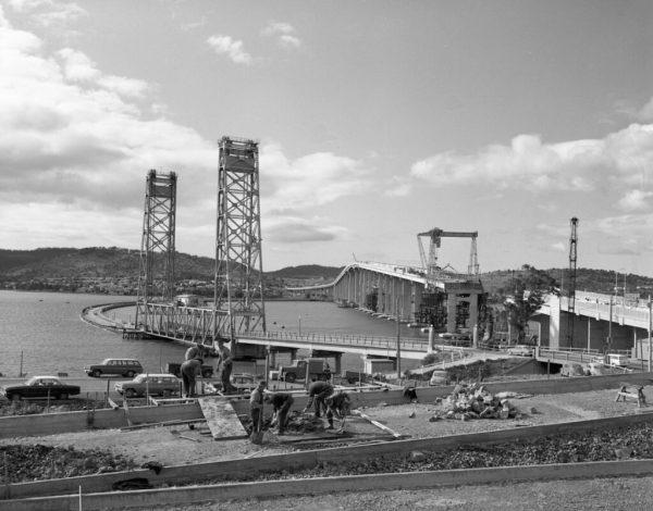 The floating bridge beside the Tasman Bridge under construction.
