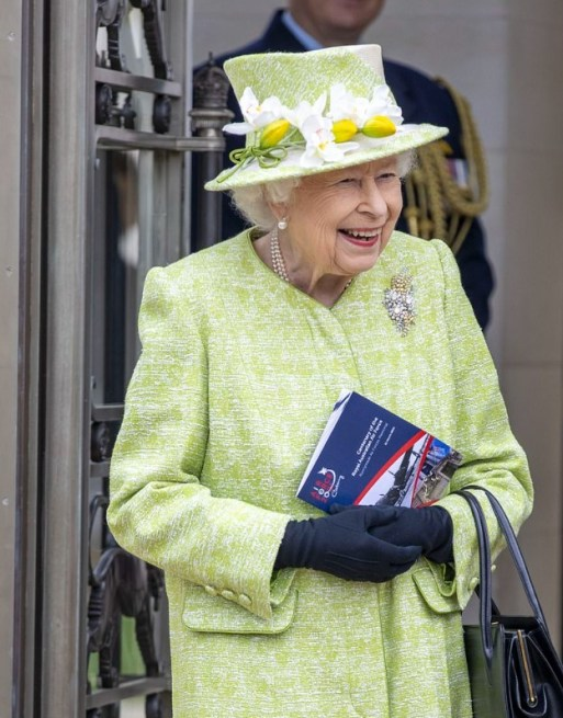 The Queen wearing her platinum and diamond wattle brooch.