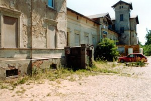Abb. 2: Der Paulinenauer Bahnhof gehört heute zu den augenfälligsten Schandflecken im Dorf.
