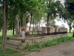 Nur am Rande des Friedhofes findet man Reste deutscher Familiengräber. Die alten Grabsteine wurden zum Bau des Trauerpodestes verwendet.