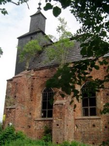 Die mittelalterliche Kirche steht unter Denkmalschutz, ist aber einsturzgefährdet und darf nicht betreten werden.