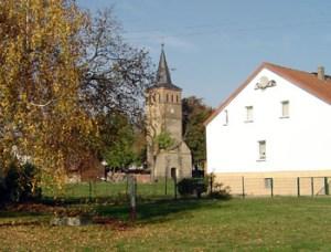 Die Halle der Brädikower Kirche wurde Mitte der 70er Jahre abgerissen. Der noch vorhandene Kirchturm ist jünger als der Ursrungsbau und stammt aus dem 19. Jahrhundert.