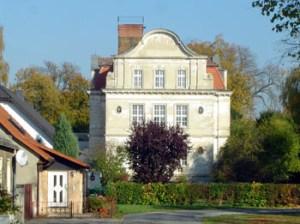 Der alte Herr von Ribbeck auf Ribbeck im Havelland lebte nicht in diesem Schlossbau. Dieses neuere Schloss aus dem Jahre 1893 war in der DDR-Zeiten in ein Altersheim umgebaut worden. Das Schloss wird in naher Zukunft durch den Landkreis Havelland saniert werden.