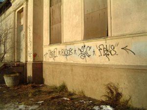 Die Sprache der Sprayer offenbart sich nur dem Eingeweihten. Unter den vielen kryptischen Symbolen an der Bahnhofsfront hat auch FHC sein Siegel hinterlassen.