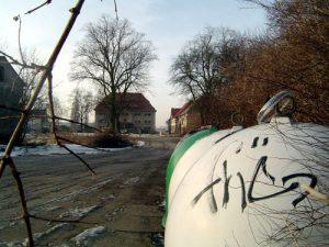 An einem weißen Altglascontainer kann der fleißige Sprayer nicht achtlos vorbeigehen.